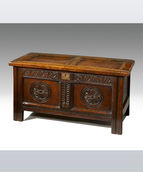 A good 17th Century oak coffer. Large Image 1