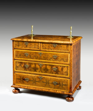 A fine Queen Anne period oyster veneered chest of drawers.