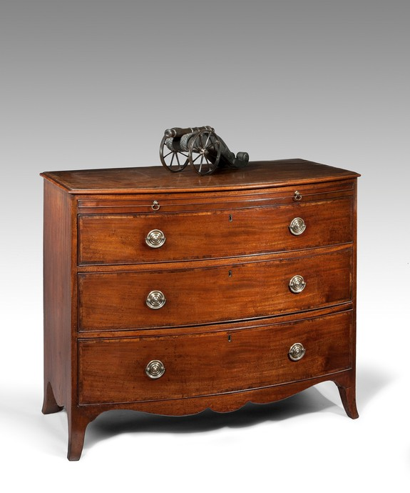 A good Georgian mahogany bowfront chest. Large Image 1