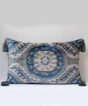 Large rectangular cushion in silk velvet and antique linen.