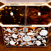 A Regency period tortoise shell tea caddy. Thumbnail 3